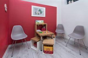 Wartebereich mit Spielecke für Kinder