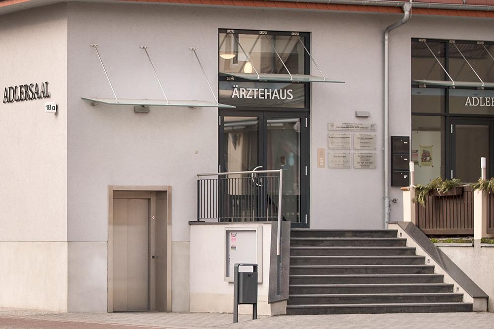 Zugang Ärztehaus im Adlersaalgebäude